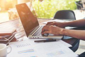 business-woman-strony-wpisując-na-klawiaturze-laptopa-z-cha-finansowego_1150-724