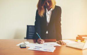 kobieta-pracująca-stojący-w-grafice_1150-97