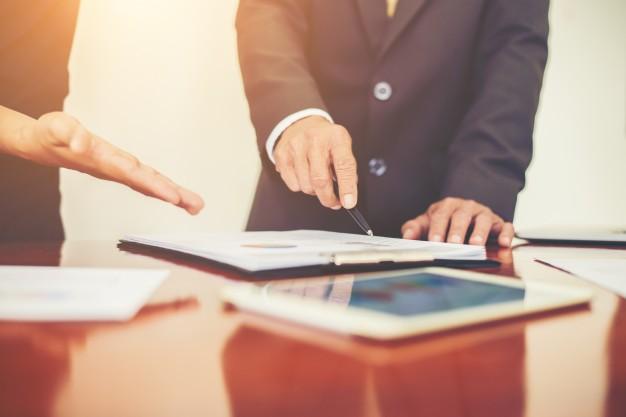 ludzie-biznesu-omawianie-wykresow-i-diagramow-podczas-spotkania-w_1150-771